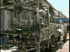 Ônibus é incendiado em Sarandi - Bandidos queimaram o ônibus depois de assaltar motorista