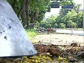Carro desgovernado derruba ponto de ônibus próximo ao parque Arthur Thomas - Depois de derrubar o ponto de ônibus, o carro pega fogo. Durante o socorro às vítimas, bombeiros informaram que sentiram cheiro de bebida alcoólica.