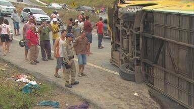 Delegacia de Goiana abre inquérito para apurar causas de acidente na estrada - Cinco pessoas da mesma família morreram. Eles estavam junto com outros romeiros em um ônibus para visitar dois santuários católicos em Pernambuco.