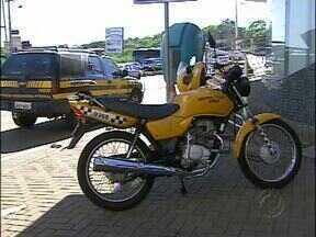 Motocicleta é recuperada na Ponte Internacional da Amizade - A Polícia Rodoviária Federal fez a abordagem e prendeu em flagrante o paraguaio, que conduzia a motocicleta.