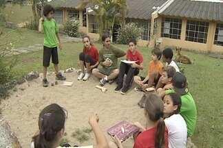 No Dia do Professor, conheça uma escola em Monteiro Lobato (SP) - Escola de Monteiro Lobato (SP) tem professores voluntários.