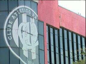 Diretor jurídico do Atlético acusa Petraglia de beneficiar parentes - Dinheiro foi repassado para obras da Arena da Baixada.
