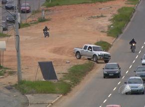 Flagrante mostra motoristas usando atalho proibido na Avenida Paralela - Infração é considerada gravíssima, e a multa é de mais de R$ 570 e sete pontos na carteira.