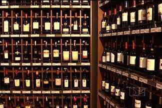 Comércio de bebidas se prepara para as festas de fim de ano - Faltando pouco mais de dois meses para as festas de fim de ano, o comércio especializado em bebidas já reforçou o estoque e espera até triplicar as vendas no período.