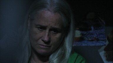 Lucinda diz que assassino de Max não merece ser preso - A colega de cela da catadora a repreende por estar protegendo o verdadeiro culpado pelo crime
