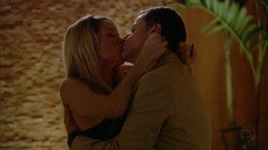 Malhação - Capítulo de quinta-feira, dia 18/10/2012, na íntegra - Lorenzo e Marcela se beijam