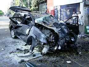 Sábado (20) começa com muitos acidentes em São Paulo - Uma perseguição na Anhanguera só terminou fora da estrada. Quatro homens que estavam em um carro roubado ficaram feridos. Outro acidente na Berrini também envolveu um veículo roubado. Também na Zona Sul, um motorista de ônibus bateu em três casas.