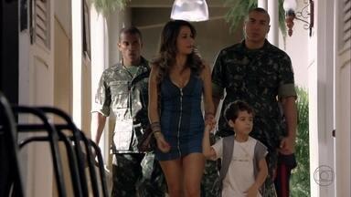 Morena é levada, com Junior, para uma sala do regimento - Élcio reclama com Érica sobre a falta de atenção dispensada a seu cavalo. Théo é questionado pelo coronel sobre seu envolvimento com Érica