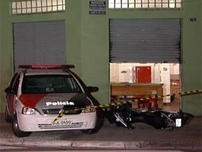 Seis pessoas são assassinadas e 11 ficam feridas em São Paulo - Policial militar foi rendido por dois homens em um bar. Os bandidos atiraram e ele morreu na hora. Na Zona Norte da cidade, um homem e uma jovem foram baleados por um grupo. Uma hora depois, um rapaz foi morto na frente de casa por dois homens.