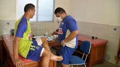 Veja a importância do podólogo para os jogadores do Fortaleza - Podólogo cuida dos pés dos jogadores.