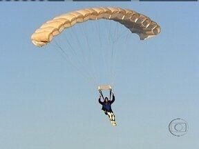 Desafio Sem Limites: Fernando Fernandes faz salto de paraquedas - Paratleta realiza vontade que criou após perder o movimento das pernas em um acidente de carro há quase três anos.