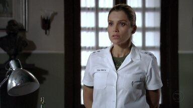 Érica é afastada de sua função no regimento - O coronel avisa que Márcia vai substituí-la no trato com os cavalos enquanto correr a investigação sobre o incidente com Théo