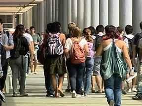 Novos casos de sequestro assustam alunos e funcionários da UFRJ - Já foram registrados mais de 20 sequestros apenas neste ano. Mesmo depois da prisão de uma quadrilha, foram registrados mais dois casos. Cerca de cem mil pessoas circulam todos os dias pelo campus do Fundão.