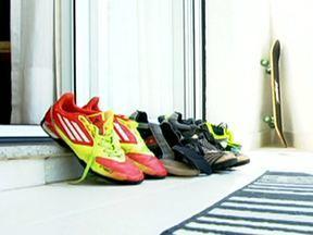 Aprenda a se livrar do chulé - Em primeiro lugar, é importante alternar o uso dos sapatos. Nunca use tênis sem meia. Antes de guardar os sapatos no armário, coloque talco antisséptico dentro deles. É importante lavar e secar os pés, inclusive entre os dedos.