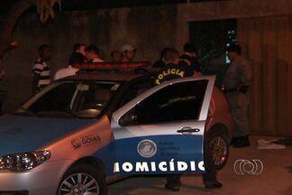 Duas casas são invadidas por assaltantes durante a madrugada em Goiânia - A primeira casa era de um major da polícia, no Residencial Moinho dos Ventos. Os bandidos tentaram roubar a caminhonete do PM. O policial reagiu e os suspeitos foram baleados.