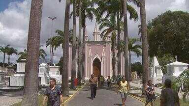 Cemitérios do Recife se aprontam para receber visitantes no Dia de Finados - Visitação deve ser grande e vendedores de flores e velas esperam um bom movimento.