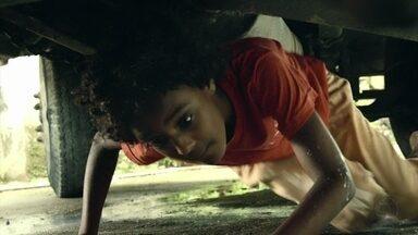 Debaixo de caminhão, Conceição foge do abrigo - Durante a fuga, a jovem é atropelada por Sylvia