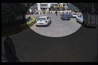 Agência bancária é assaltada em Fagundes Varela - Moradores foram obrigados a fazer cordão humano para evitar o trânsito em frente ao Banco do Brasil. Bandidos fugiram levando o dinheiro do cofre.