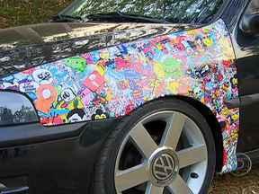Bombardeio de adesivos nos carros vira moda - Conhecido por Sticker Bomb, a mania de colocar as figuras nos carros está ganhando cada vez mais adeptos. Colocar um adesivo no paralama pode custar cerca de R$ 300. A aplicação demora uma hora.