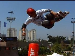 """Destaque do patins in line, japonês """"voador"""" visita o Brasil e dá show - Takeshi Yasutoko supera marcas de alcance do esporte e chega a até 8 metros de altura nos """"voos"""" radicais."""