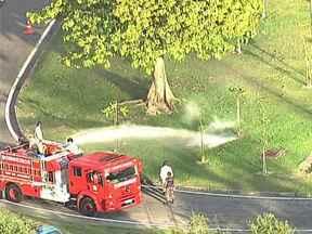 Bombeiros controlam fumaça em bueiro no Aterro do Flamengo - Bombeiros detectam fumaça saindo de bueiro no Aterro do Flamengo, na altura da churrascaria Porcão Rio's. Eles jogaram água para controlar o acidente. O retorno no sentido Zona Sul está fechado.