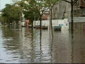 Vitória tem chuva forte durante a madrugada - Muitas ruas ficaram alagadas e, pela manhã, o trânsito ficou complicado em vários bairros. Quem depende de ônibus também teve muita dificuldade para chegar ao trabalho.