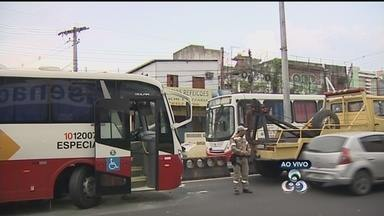 Acidente congestiona trânsito na Avenida Darcy Vargas, em Manaus - Ônibus acertou divisor de pista na Avenida Darcy Vargas, na Zona Centro-Sul de Manaus, na manhã desta quinta (8), complicando o trânsito na região.