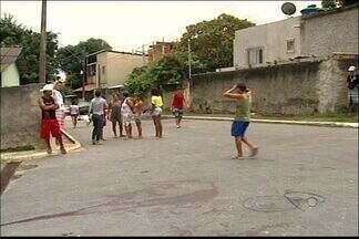 Menina de 13 anos é atingida por vários tiros em Linhares, no ES - Polícia Militar disse que mesmo ferida a menor pediu ajuda em uma casa.Ela foi socorrida por moradores e levada ao Hospital Geral de Linhares.