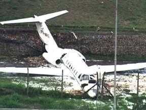 Avião de pequeno porte derrapa na pista do Aeroporto de Congonhas - Um avião de pequeno porte derrapou na pista do Aeroporto de Congonhas e quase foi parar em uma das avenidas mais movimentadas da capital. Na aeronave estavam o piloto, o copiloto e uma passageira.