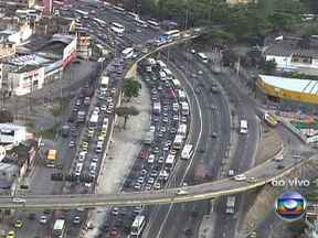 Avenida Brasil tem trânsito complicado nesta manhã de segunda-feira (12) - Os motoristas que trafegam no sentido Centro, encontram dificuldades na altura de Bonsucesso. Na avenida Armando Lombardi, na Barra da Tijuca, o movimento é intenso. A Praça Sibélius tem trânsito carregado na chegada à Gávea.