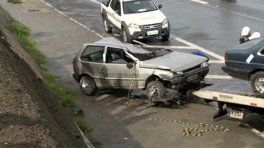 Dois adolescentes ficam feridos em acidente em Belo Horizonte - Carro capatou e caiu de uma altura de cinco metros.