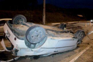 Motorista perde controle da direção e capota veículo em Mangabeira, João Pessoa - Duas pessoas ficaram feridas e motorista deixou local do acidente antes da chegada da Polícia de trânsito.