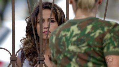 Morena pede para Érica entregar sua aliança para Théo - No Complexo do Alemão, Diva descobre que o noivado terminou e Nilceia conversa com Lucimar sobre o casal. Morena chega em casa e não quer falar com ninguém