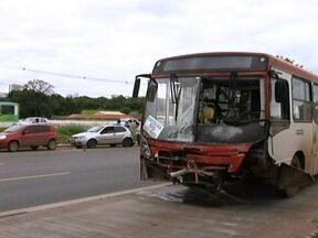 Batida envolvendo ônibus e seis carros complica trânsito na EPTG - Segundo a polícia, o coletivo bateu em três automóveis que estavam na faixa exclusiva. Um deles rodou e foi parar no meio da via, sendo atingido por outros três carros. O ônibus estava com os pneus carecas. Três pessoas ficaram levemente feridas.