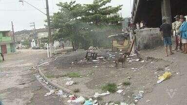 Incêndio atinge barracos embaixo de viaduto em São Vicente, SP - Ao todo cinco barracos ficaram queimados. Fogo começou no meio da manhã desta terça-feira (13).