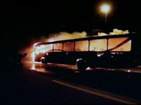 Vândalos queimam carros e ônibus em madrugada violenta em Florianópolis - Na região metropolitana de Florianópolis, dois ônibus foram queimados. Também houve tiros contra a base da Polícia Militar de Palhoça. Não se sabe ainda o motivo dos ataques.