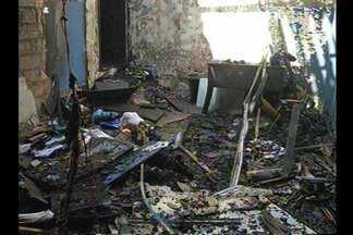 Incêndio atinge escola particular no bairro do Guamá, em Belém - As chamas destruíram parte do prédio e foram controladas em meia hora. Segundo os bombeiros, nenhuma pessoa ficou ferida.
