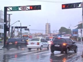 Dados do trânsito de Cuiabá impressionam - As multas por avanço de sinal quase que dobraram em relação ao ano passado. O levantamento é da SMTU e reflete um problema que diariamente põe em risco a vida de motoristas e pedestres. Tudo por falta de consciência.