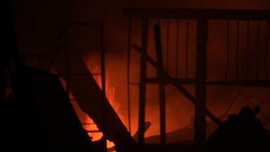 Incêndio destrói sucata em Caucaia - Fogo foi controlado depois de duas horas.