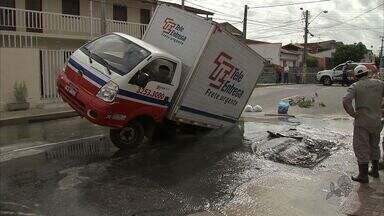Caminhão fica preso em buraco no Ceará - Asfalto afundou com o peso do veículo.