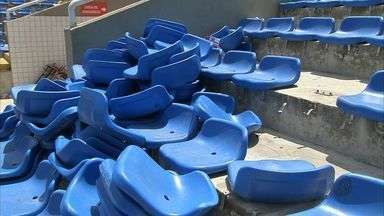 Torcedores envolvidos em ação de vandalismo devem cumprir pena - Eles quebraram cadeiras e jogaram objetos no campo.
