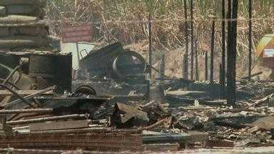 Operários incendeiam canteiro de obras e depredam casas - Manifestação, em Sirinhaém, no Litoral Sul, foi contra o atraso no pagamento de salários.