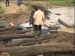 Moradores do Litoral improvisam pontes para poder passar - Desde as enchentes de 2011 as pontes levadas pela água não foram reconstruídas.