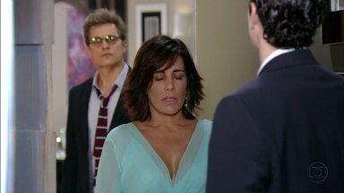 Felipe ironiza o encontro de Nando e Roberta - Ela pede que ele dirija, e promete uma surpresa.