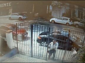 Homem invade prédio e rouba mais de R$ 500 mil de apartamento - Câmeras de segurança registraram a facilidade que o bandido teve para entrar no prédio.