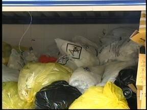 Lixo hospitalar se acumula em unidades de saúde em Avaré, SP - O fim do contrato de serviço entre a Prefeitura de Avaré (SP) e uma empresa terceirizada responsável pela coleta do lixo hospitalar da cidade têm provocado acúmulo de materiais descartados em clínicas e outras unidades de saúde.