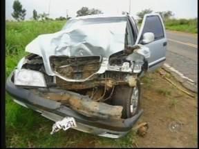 Caminhão tanque tomba na rodovia em Novo Horizonte e causa acidente - Três veículos se envolveram em um acidente depois que a carroceria de um caminhão tanque tombou em Novo Horizonte (SP). Segundo a polícia, o caminhoneiro perdeu o controle da direção ao tentar retornar para a pista.