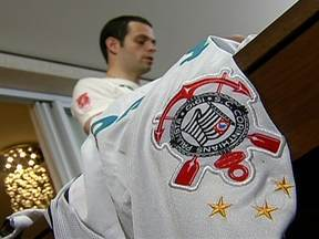 Corintianos se preparam para a estreia no Mundial de Clubes - Os torcedores fazem as malas para vibrar com o time no Japão. Pai e filho estão prontos para a viagem e separam as camisetas que colecionam. Na loja de produtos do Corinthians, o movimento é intenso.