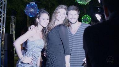 Yolanda chega com fotógrafos na festa - Ela posa com Caíque e Lurdinha