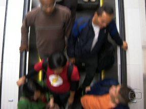 Falta de atenção pode causar acidentes na escada rolante - Muitas pessoas já viram acidentes, como vestidos e pés presos no equipamento. Enquanto a reportagem estava sendo gravada, meninos foram flagrados descendo pelo corrimão.